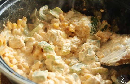 3. Bake the chicken in a pan. Add the onion and the pepper and bake for another 3 minutes. Add the rest of the ingredients (minut 1/4 cup of grated cheese) and bake for 2 more minutes.