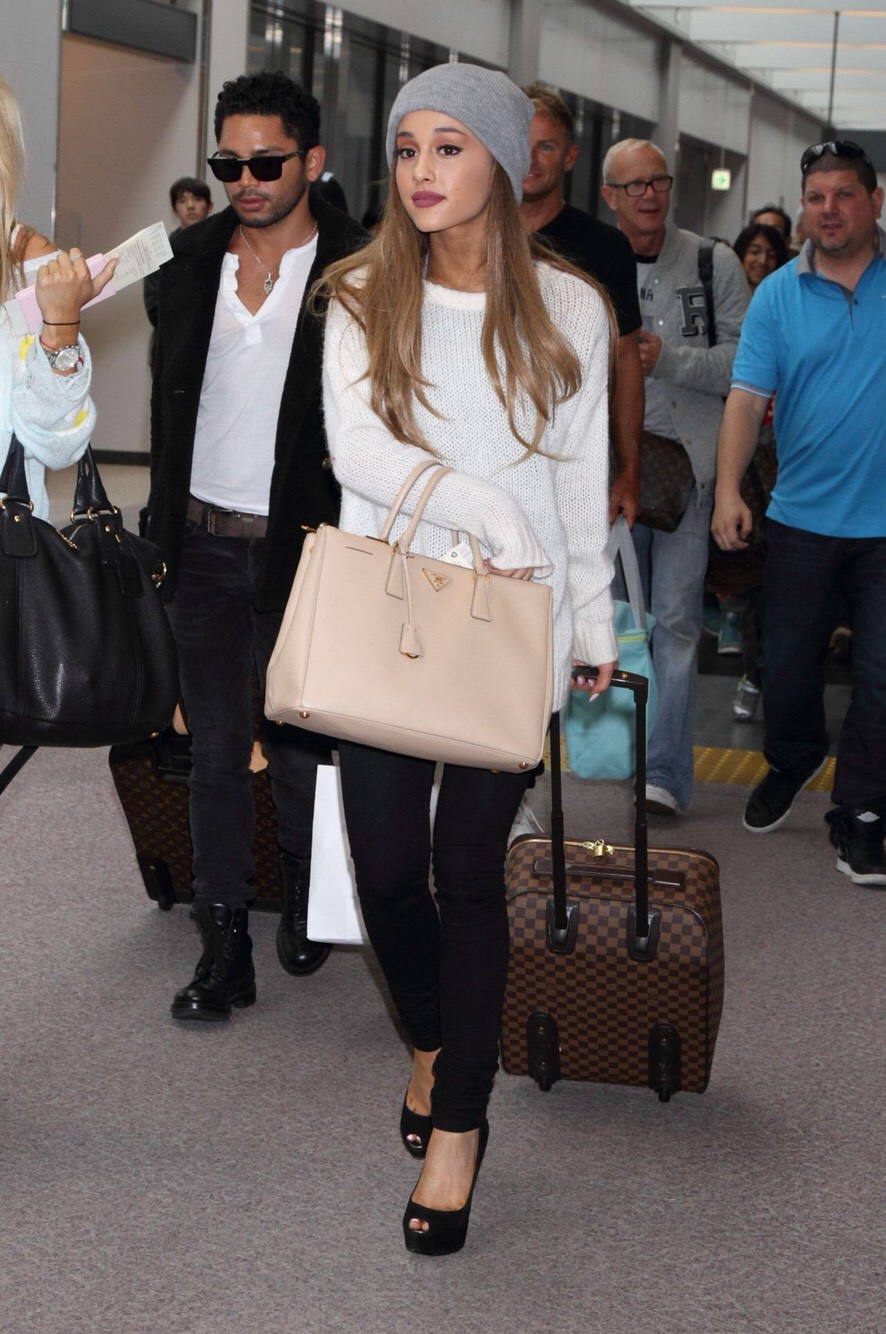 White sweater, black jeans, black pumps and a beanie. The ultimate description of Casual and Classy. While Ariana is rocking the airport, you can rock your movie date in this outfit! 💋