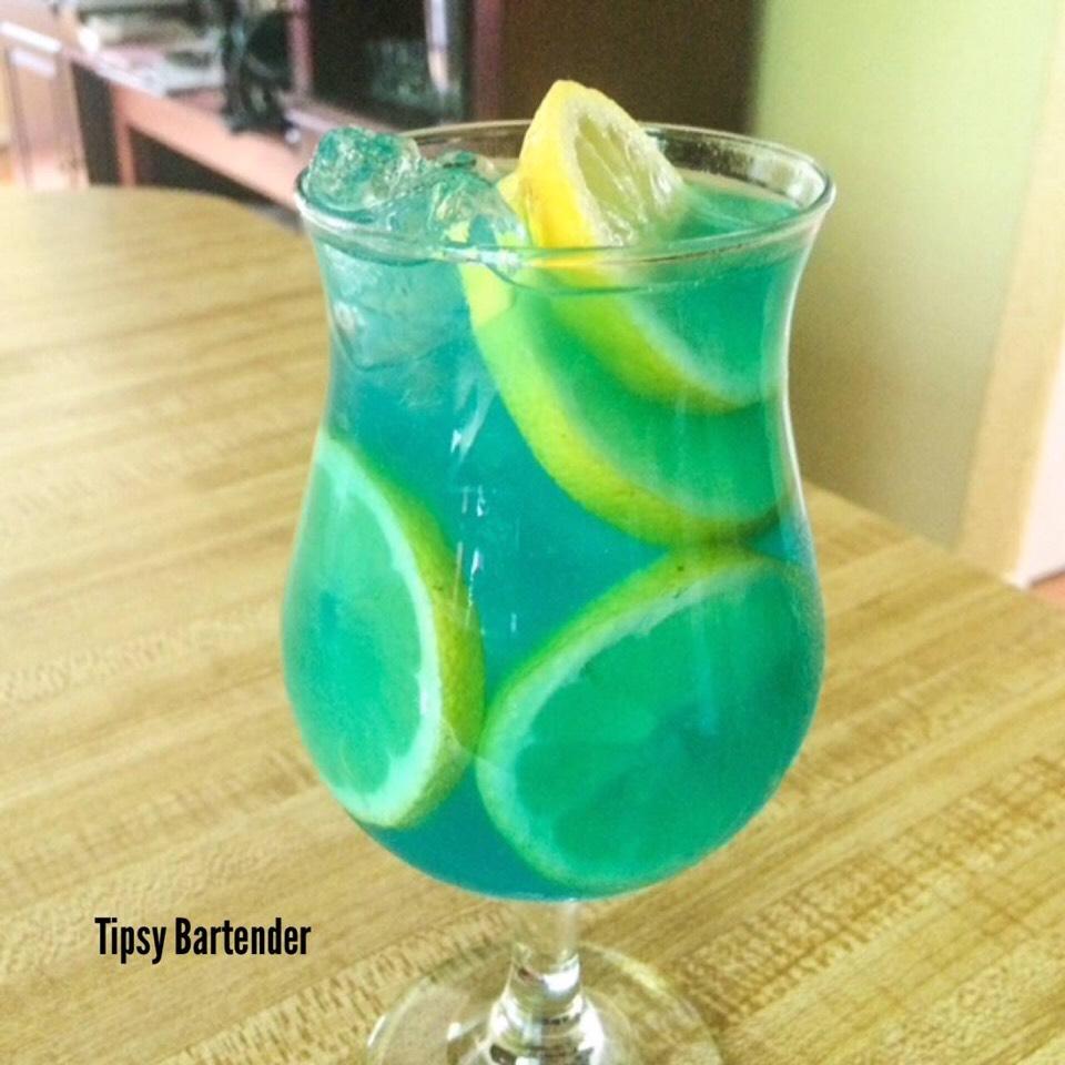 ½ oz. (15ml) Blue Curacao ½ oz. (15ml) Island Punch Pucker 2 oz. (60ml) Lemonade ½ oz. (15ml) Freshly Squeezed Lemon Juice Splash of Club Soda Lemon Slices