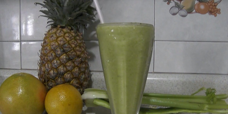 Cactus juice, celery, pineapple, grapefruit and honey : seems to be a lot of work but you do not know how good this juice is for weight loss, preventing cellulite, burning extra fat and it also provides a lot of energy.