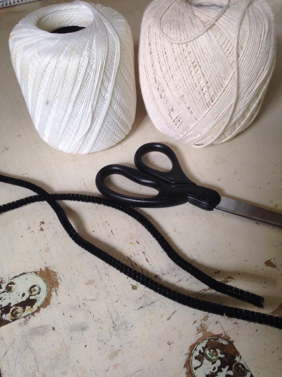 You will need thick and thin string, scissors, pipe cleaner (or wire), and beads and feathers