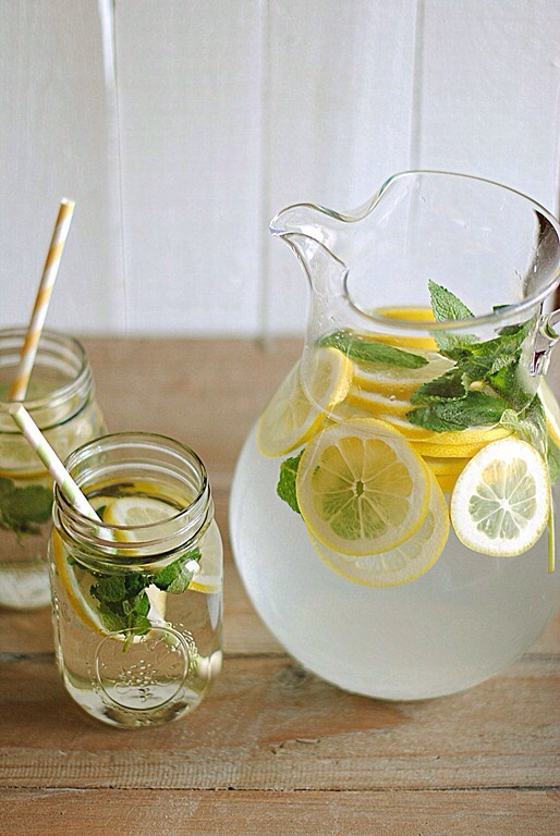 Lemon Cucumber Mint   4 cups of water 3/4 of a cucumber (sliced) 1 lemon (sliced) 1 handful of mint leaves Ice cubes