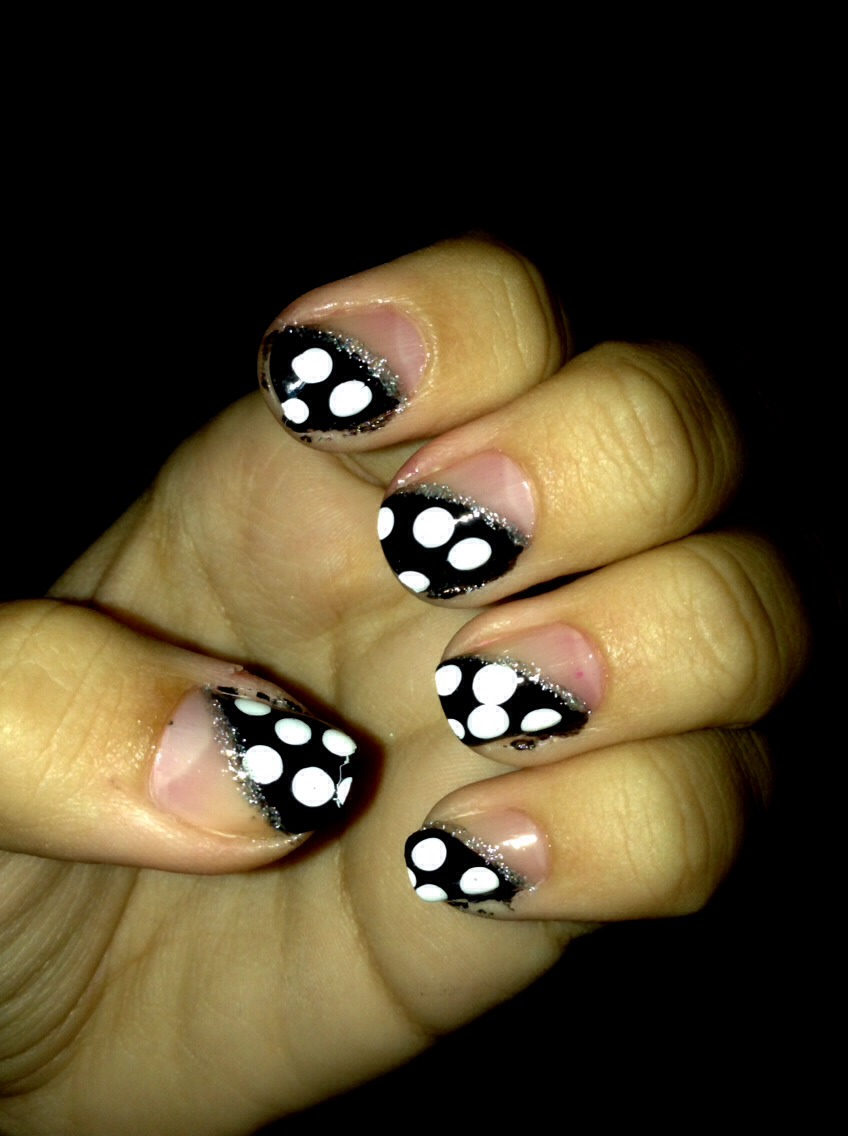Cute half black with polka dot nails. Add the glitter line for a sparkling effect! Like and share because we all need those point and because these nails are so cute!!