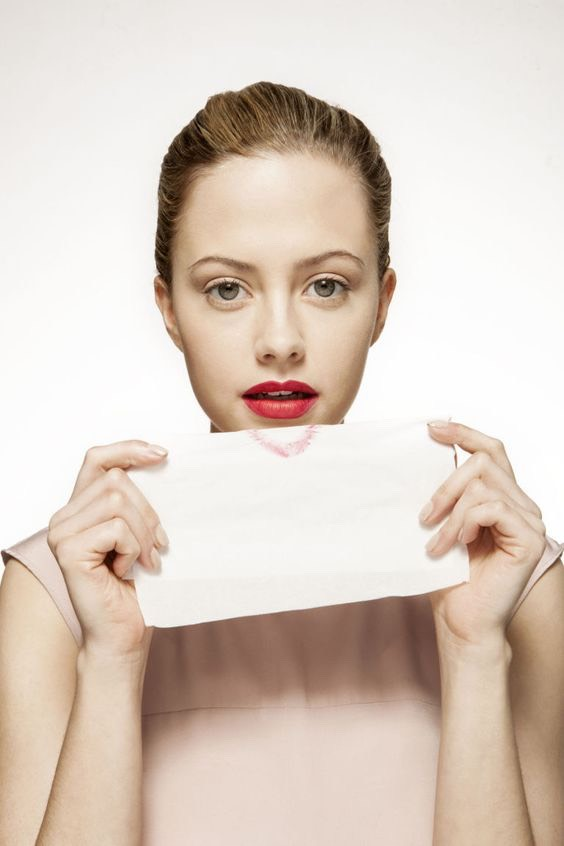 Make lipstick last all day  Make your lipstick last hours longer by sealing it. Set lipstick by holding a tissue over lips And then lightly dusting translucent powder over The tissue.
