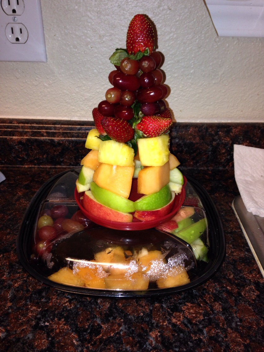 Great edible table decor!!!! whatever you don't use just put under it so people can eat that first 😊