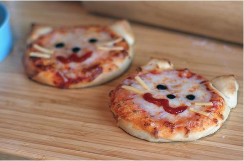 Now everyone loves pizza, but turning those circles into faces makes lunch time an animal kingdom! For these cats take cheese for whiskers, black olives for eyes and a sauce mouth! Literally takes seconds to create❤️