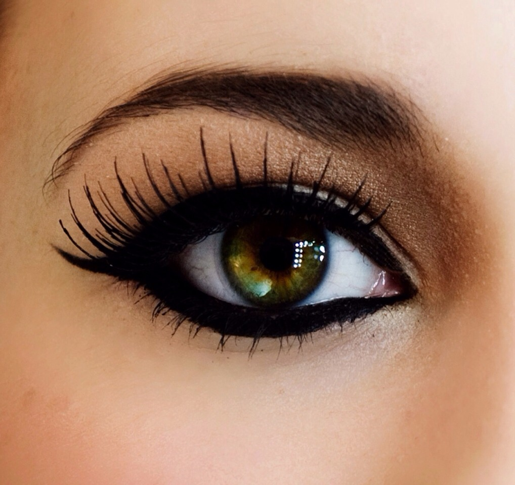 Make your false lashes last all day long without worry by using weave glue instead of eyelash glue for application!