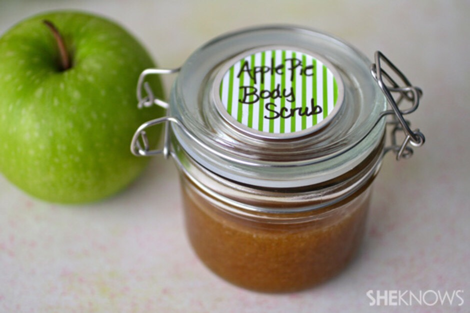 Who can resist the smell of an apple pie? This DIY apple pie body scrub is a treat for your body with its festive fragrance, but that's not all. Apples contain malic acid, which helps to remove dry skin. The oil in this recipe, coconut oil or olive oil, will help keep you moisturized.