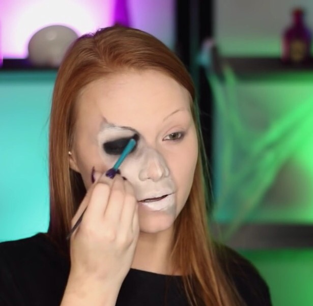 With black eyeshadow lightly go over the grey shadow you just put on the edge .