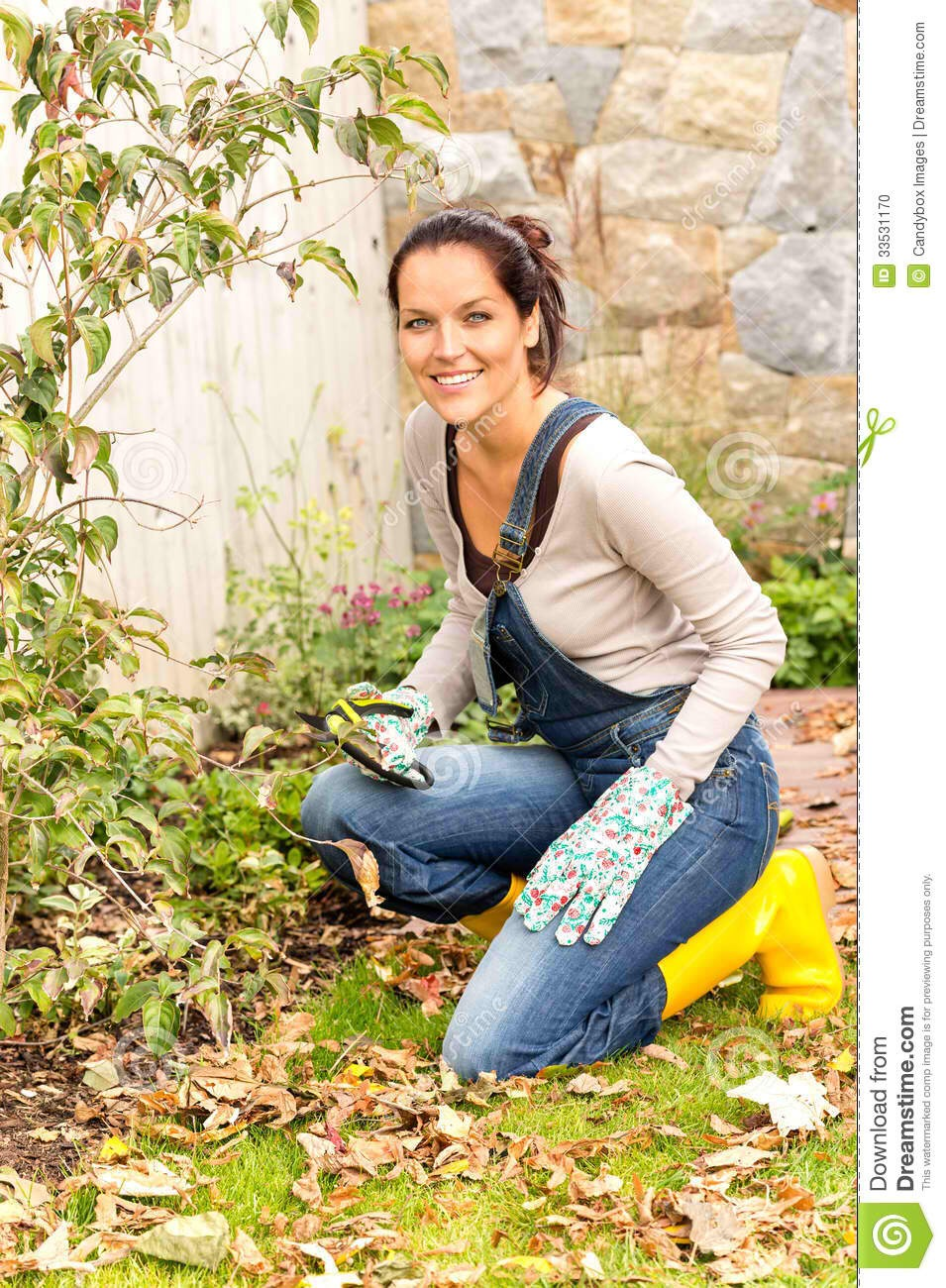 Spruce up your garden Add your beautiful grounds to another reason you're an amazing hostess. All that weeding, planting, and crawling around will help a 150-pound woman shed 113 calories in 25 minutes, helping you shrink while your garden grows.