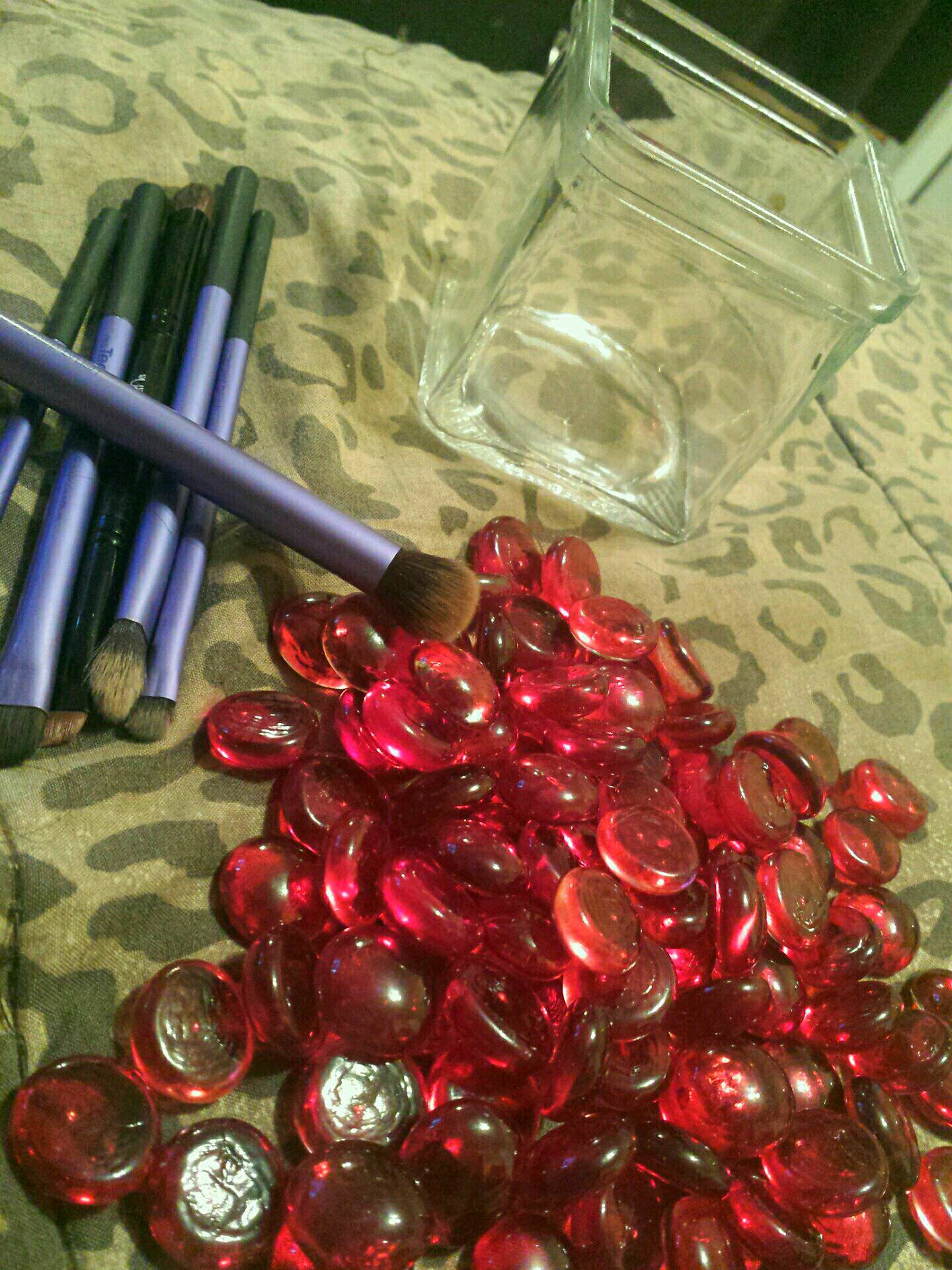 YOU WILL NEED: GLASS CONTAINER, MARBLE PEBBLES, MAKEUP BRUSHES