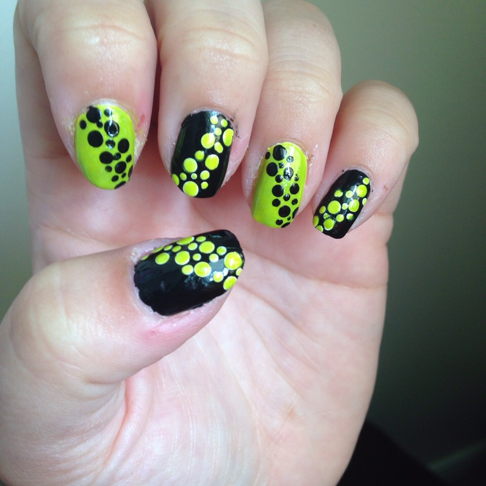 Green and black dot nails [alternating]
