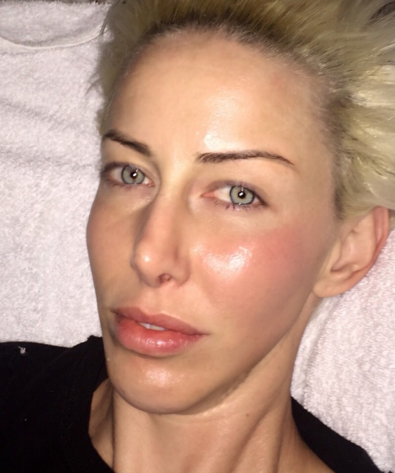 Sara?,is that you? Your skin isso hydrated it'sglowing! Usually you look like a raccoon who went for a ride in a garbage truck in the morning.