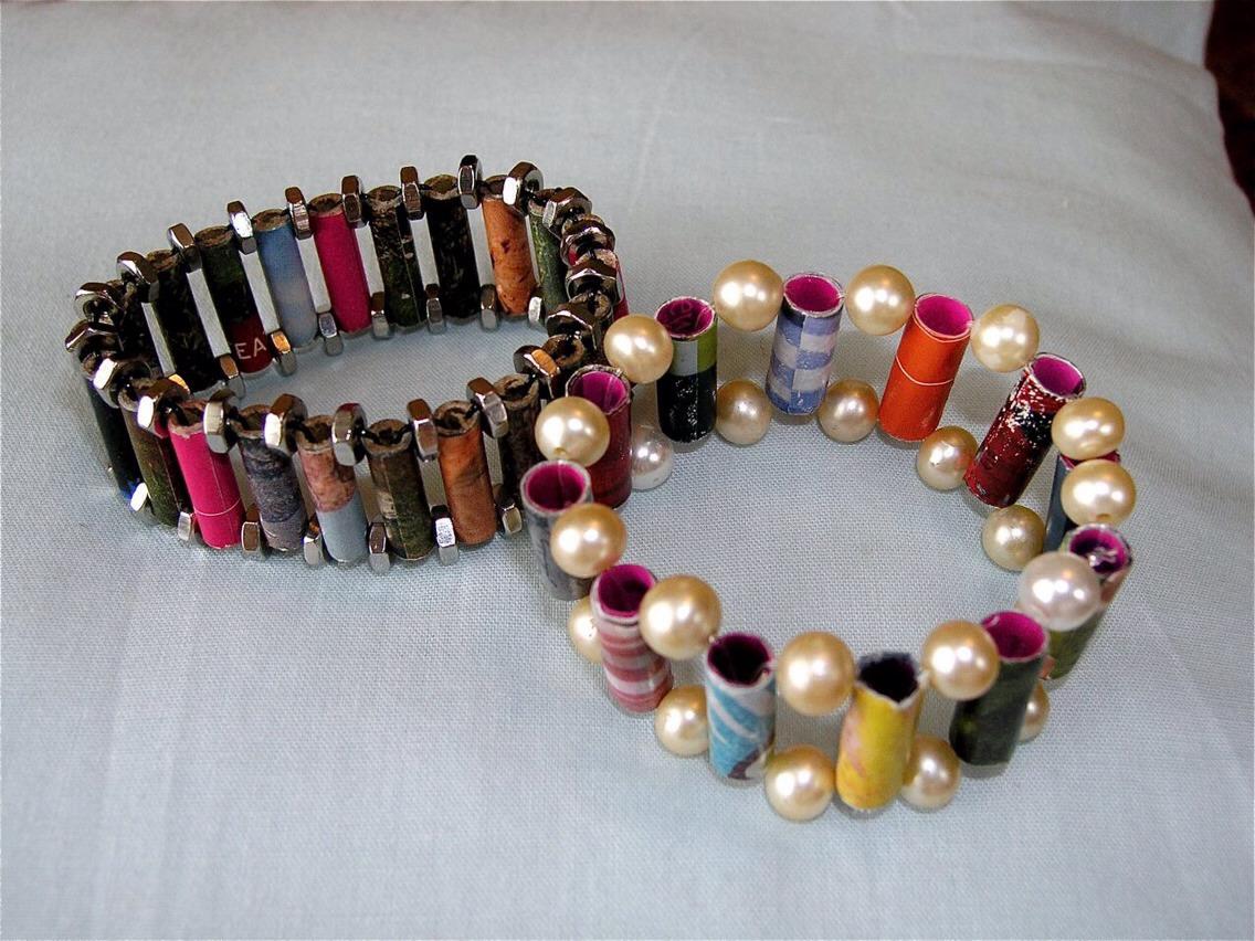 Bracelets. Tutorial: http://leahbellesworld.blogspot.ca/2009/07/how-to-make-bead-bracelet-from-magazine.html?m=1
