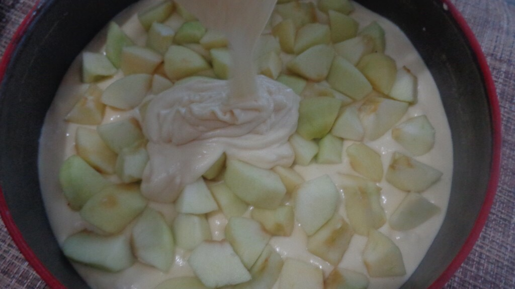 Pour half of the batter into the bottom of the baking dish. Arrange the apple slices on the dough and sprinkle the sugar-cinnamon mixture, book a teaspoon or two to sprinkle the top.  Spread remaining batter over apples.