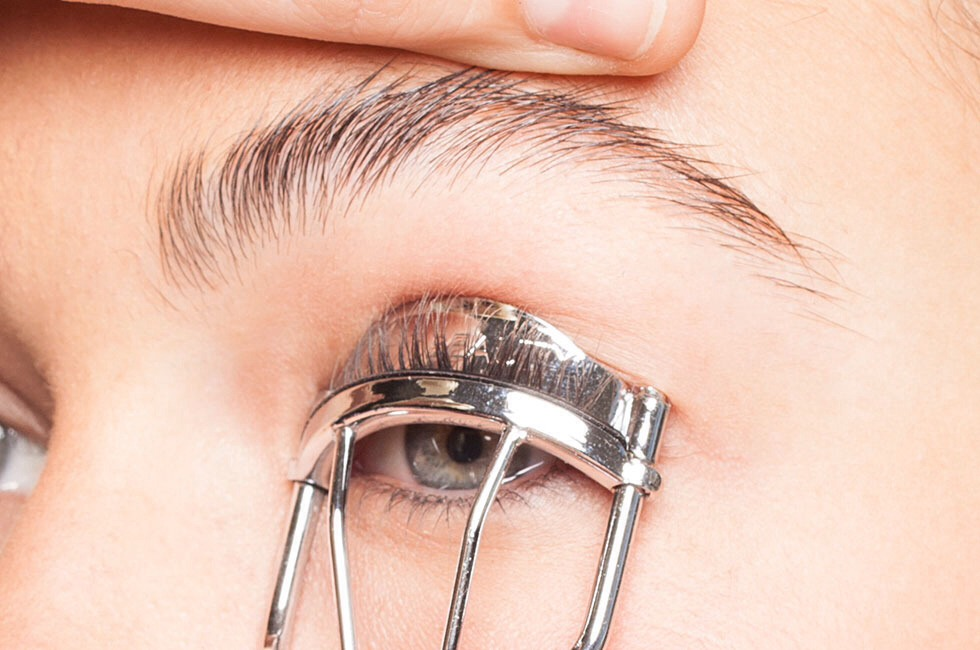 Heat an eyelash curler with a blow dryer first (not too hot!).