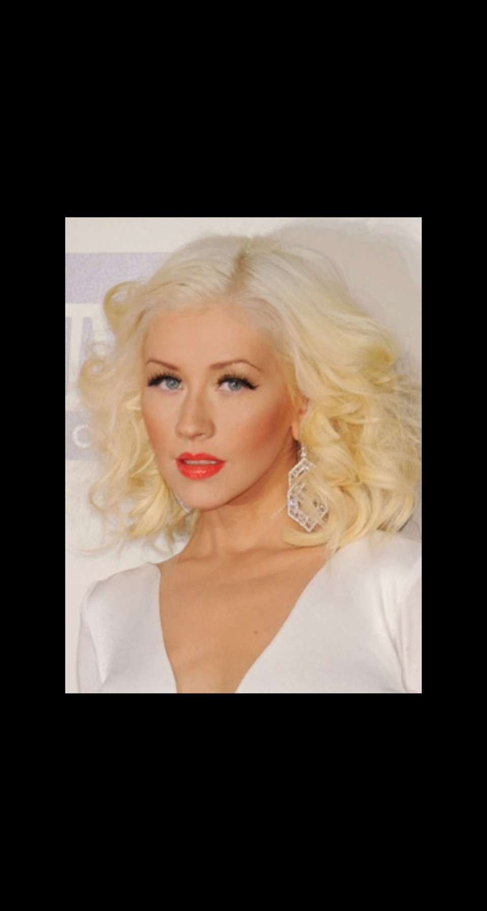 VOLUMINOUS CURLY BOB Christina Aguilera arrived at the American Music Awards with a voluminous curly bob. To achieve this look curl hair sideways inward rather than down. Tease as you go with volume spray.