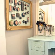 Use magnetic boards to organise your make up bits, you can get little magnetic strips from arts and craft stores, you can simply stick them to the back of the makeup compact 💋