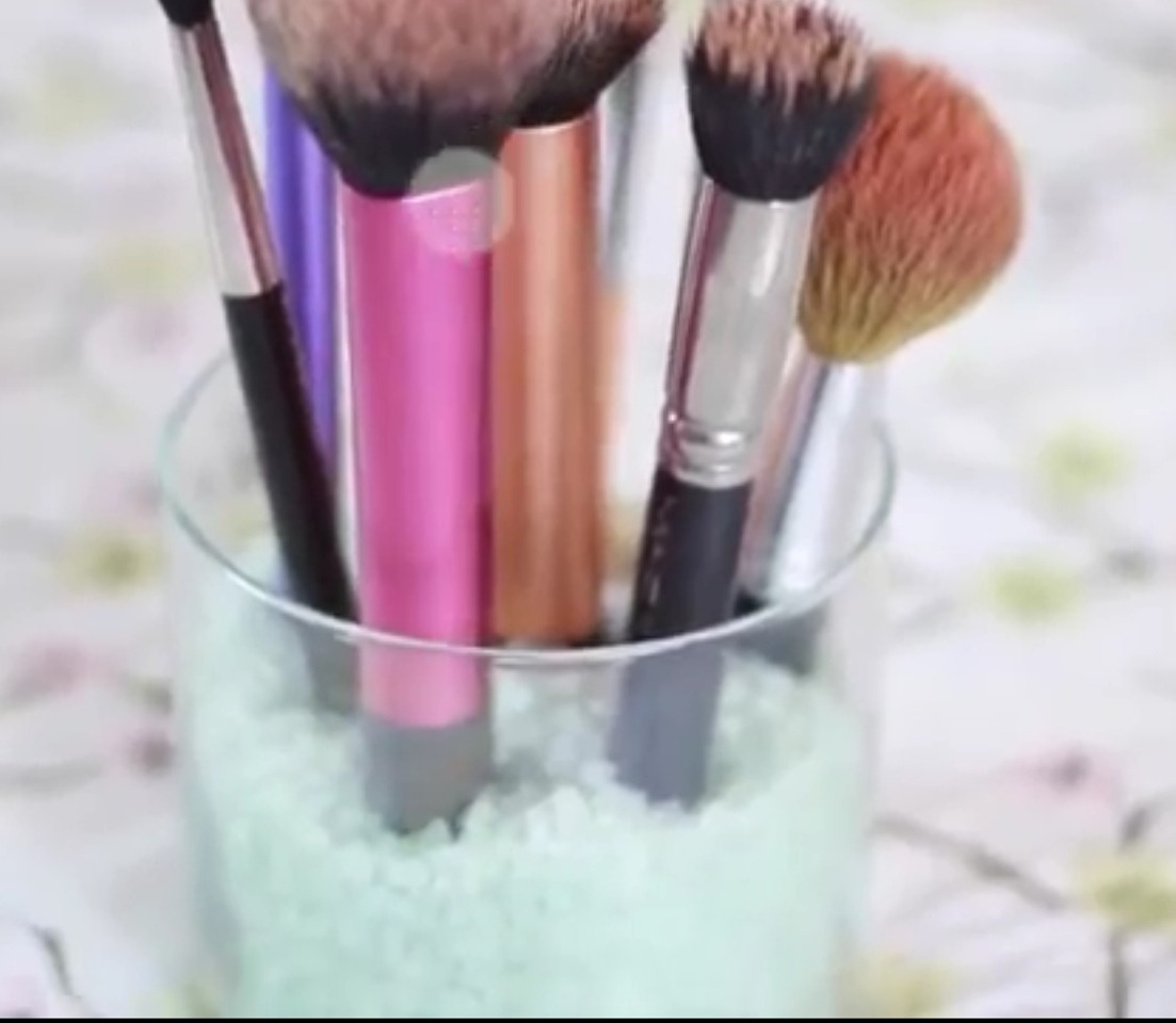 Use an old candle or mason jar and full with bath salts and voila!!!! This amazing makeup brush storage idea! Smells so nice too and looks beautiful! 😄