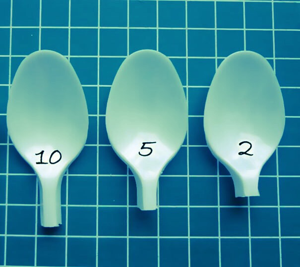 """LETS GET STARTED!!  Grab a few plastic spoons and cut the long end of the spoon leaving the spoon smaller only thrice. Put it into its own groups. """"10, 5 and 2"""" each time as shown in the picture above. Remember, all plastic spoons should be in three different sizes in order for it to look perfect!"""