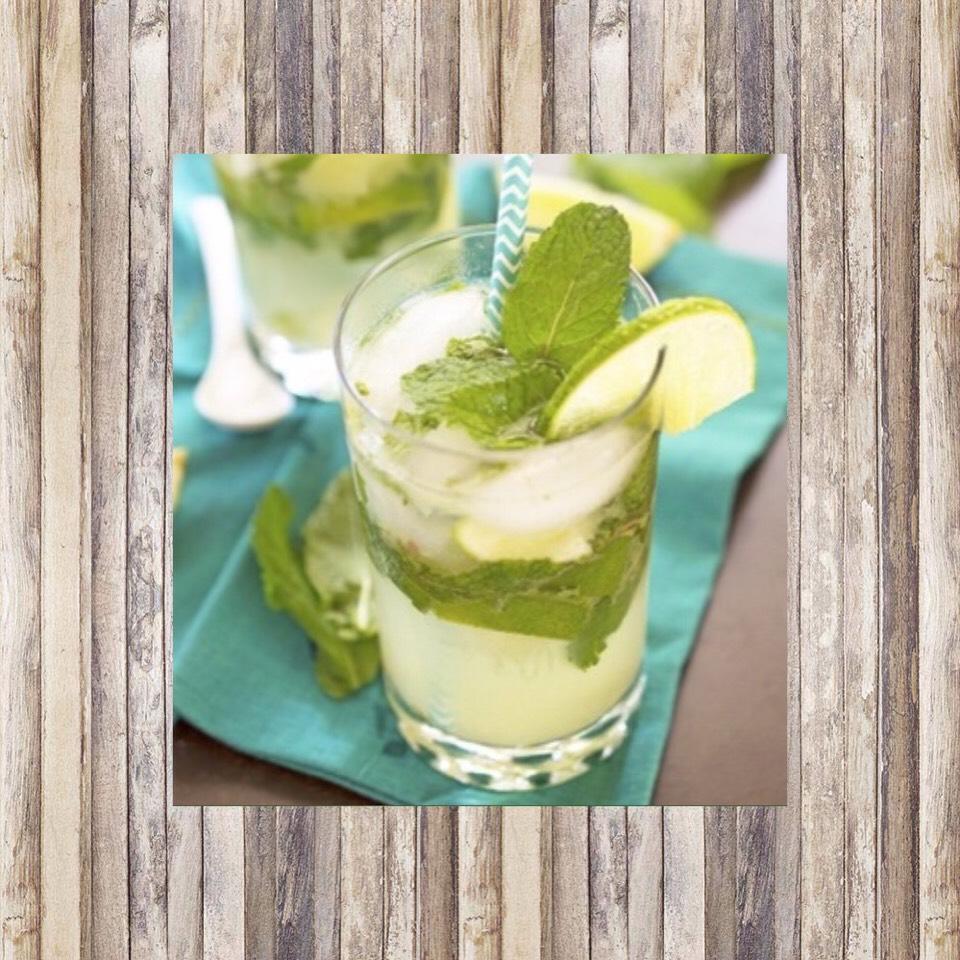 The Mojito🍸 1 1/2 oz white rum  6 leaves of mint  Soda water  1 oz fresh lime juice  2 teaspoons of sugar
