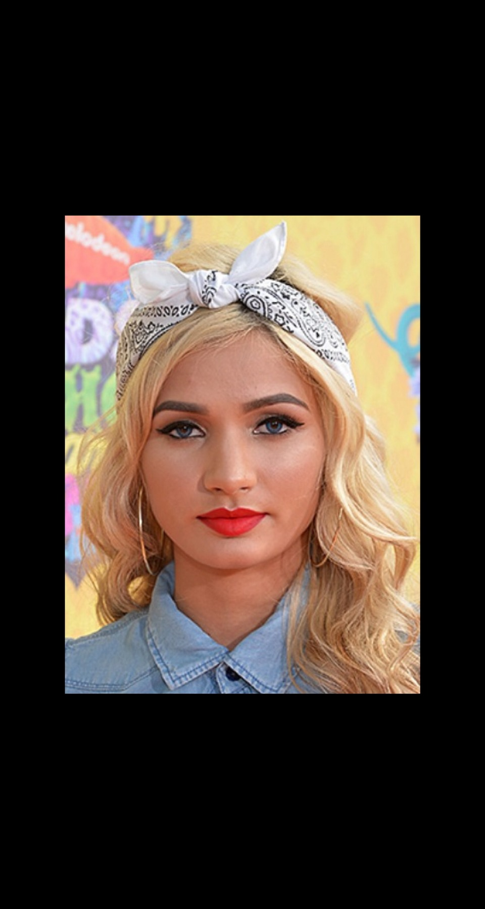 LAX BANDANA Pia Mia Perez tied back her perfectly-curled blonde hair with a chic white bandana.