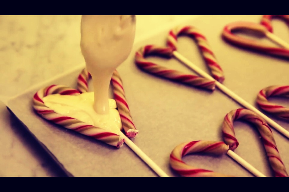 Remove the chocolate from melting and if baking chocolate was used immediately place the chocolate in the center of the candy canes until full. If regular chocolate was used wait a couple of minutes until the chocolate isn't so runny then place the chocolate on the pop.