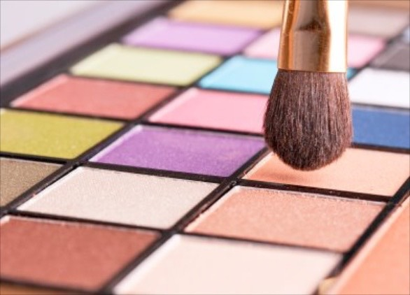 When you first start with eyeshadow, vouch for warmer, earthy colours like light brown, chocolate brown, dark or light grey and white. These colours are easier to work with and harder to mess up.