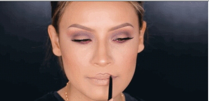 5. Over-line your Cupid's bow with a lip liner that's 1 or 2 shades darker than your natural lip color.  As you continue the line from your Cupid's bow out to the corners of your mouth, taper the line down to meet up with your natural lip line. Use a liner that's similar to your natural lip color.
