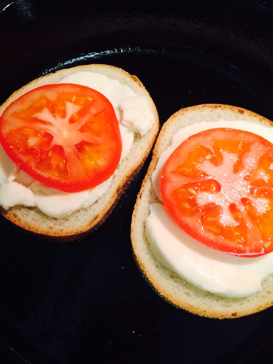 Tomato slices on top of cheese 😋