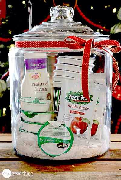 Caramel Apple Cider In A Jar  Another variation on the warm beverage gift! Apple cider with a creamy twist! You can even add some insulated cups so they can share it with their friends!🍵