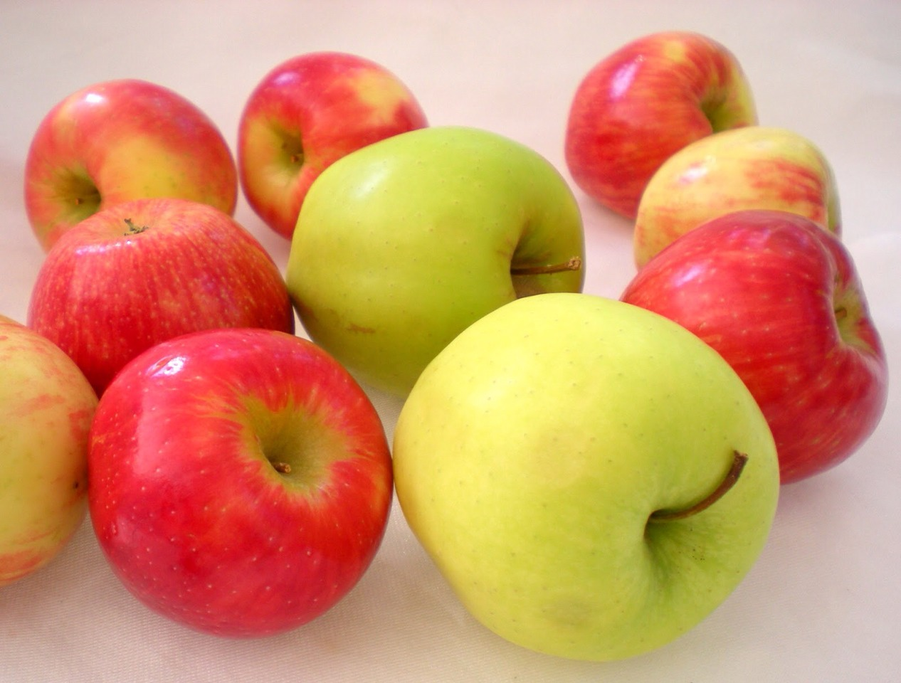 --> Apples is a super fruit, high in fiber, low in calorie. Apples contain minerals and vitamins that help you to lose weight in a variety of ways.  --> Eat an apple a day to a slimmer you!