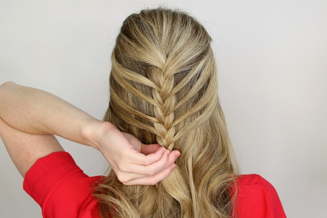 Step 7 / Continue braiding, bringing in small sections of hair, working towards the front hairline.