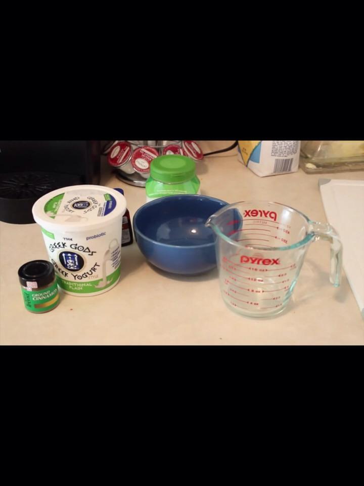 ingredients 2-3 tablespoons greek yogourt 1/2 tsp vanilia 1/2 tsp cinnamon
