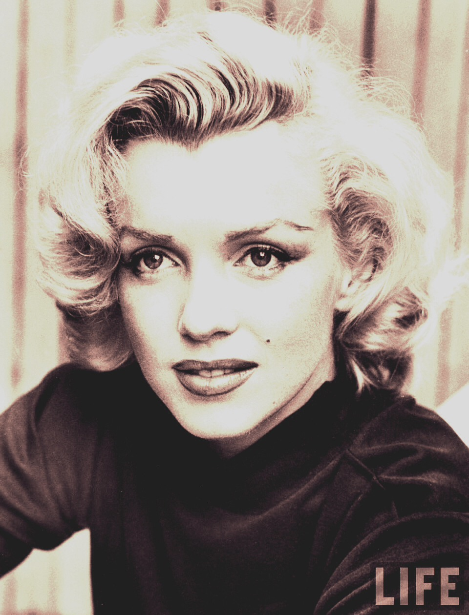 Marilyn Monroe applied Vaseline to her eyelashes and eyelids every night. This method keeps your eyelashes healthy and promotes growth.