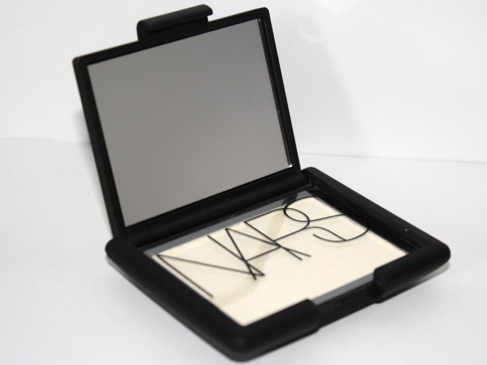 nars highlighter albatross is one of the best to highlight your contoured makeup!