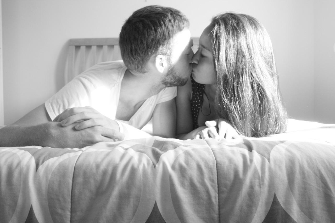 Картинки, девушка целуется с парнем картинка с надписями