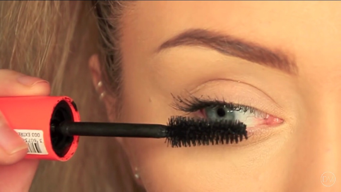 #2) to get longer lashes just give your top of your eye lashes a vote then the bottom side of your top lashes 👻🎀