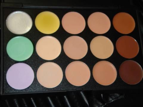 Recently, my friend bought me this contour palette, I understood the contour part but when I saw the purple and greens I didn't really understand why they were there, when I knew how to use them, it was amazing /'d really beneficial if you struggle with your skin